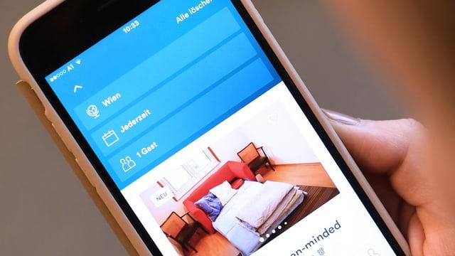 In telefonin cun avert la app da Airbnb.