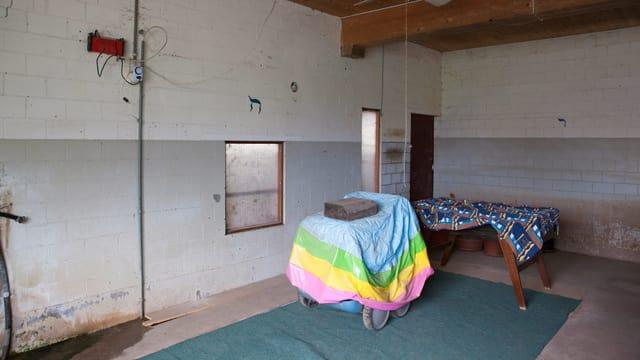 Ein beinahe leerer Raum, eine Art Abstellkammer.