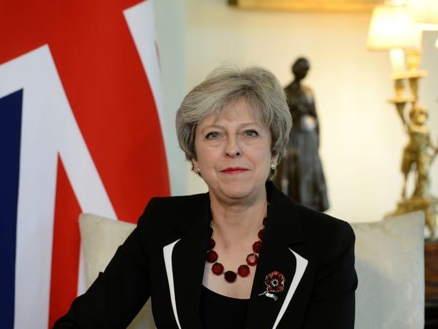 Theresa May blickt ernst in die Kamera.