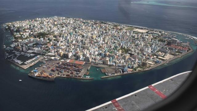 Insel mit Stadt aus der Luft fotografiert