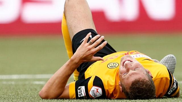 Alexander Gerndt wälzt sich mit schmerzverzerrtem Gesicht auf dem Rasen.