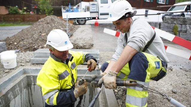 EKZ-Mitarbeiter verlegen Kabel im Boden