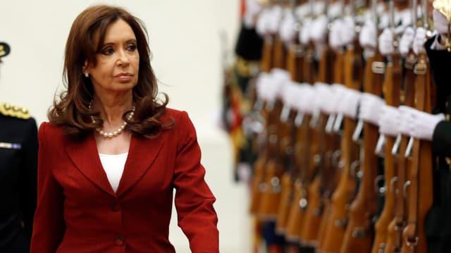 Cristina Kircner vor einer militärischen Garde.