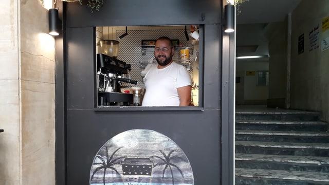 Mann in Kaffehaus in Beirut.
