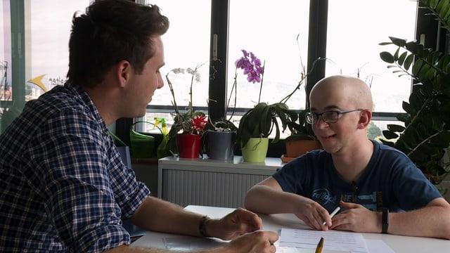 Wohnschüler Joël Hofstetter (r.) bei der Standortbestimmung mit Sozialpädagoge Sandro Weber