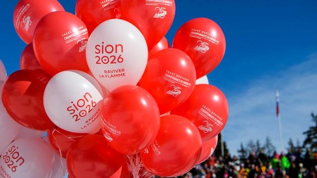 Luftballone mit dem Aufdruck «Sion 2026»