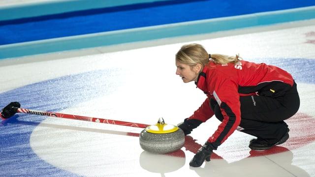 Silvana Tirinzoni kniet mit Besen auf dem Eis.