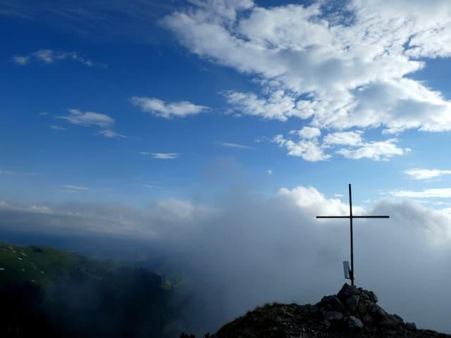 Berggipfel mit Kreuz