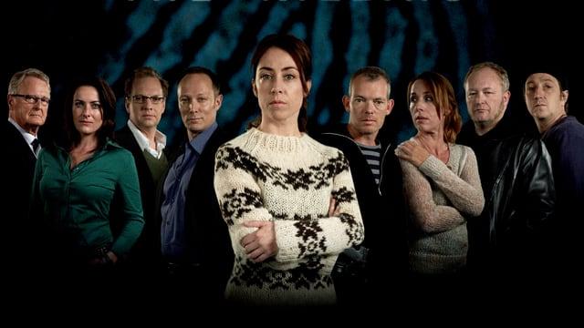 Gruppenbild der Darsteller der Serie. Im Hintergrund lässt sich ein übergrosse Fingerabdruck sehen.
