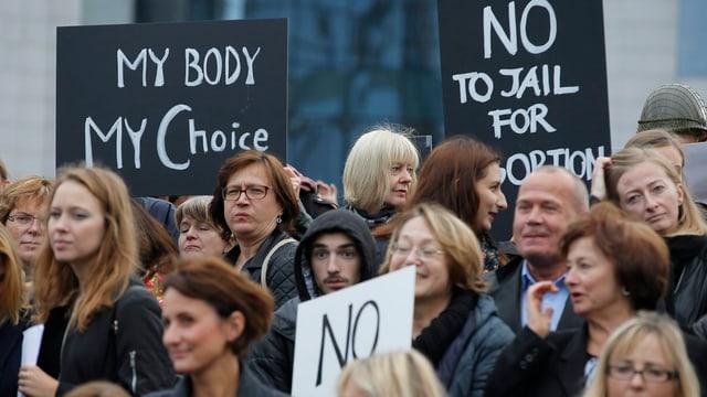 """Frauen mit Plakten wie """"My Body - my Choice"""" und """"No"""" protestieren in Brüssel (3. Oktober)"""