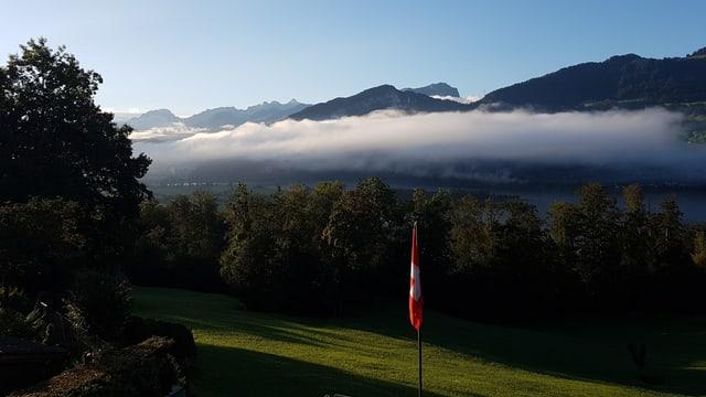 Blick vom Steinerberg Richtung Lauerzersee. Auf der Rigiseite hat es noch Nebelreste.