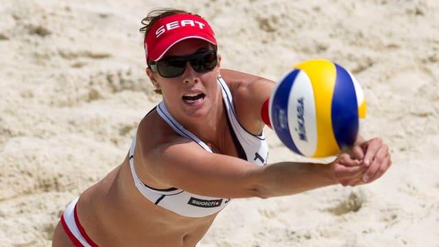 Beachvolleyballerin Isabelle Forrer im Einsatz.