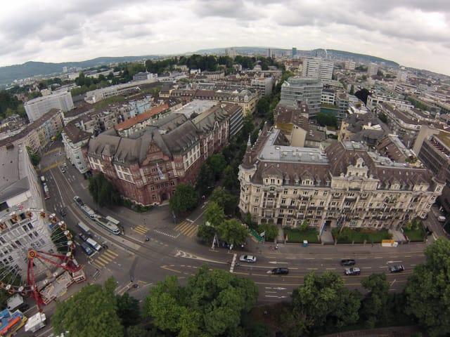 Man sieht über die Dächer von Zürich.