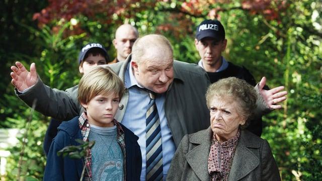 Ein Junge, ein Mann und eine alte Frau.