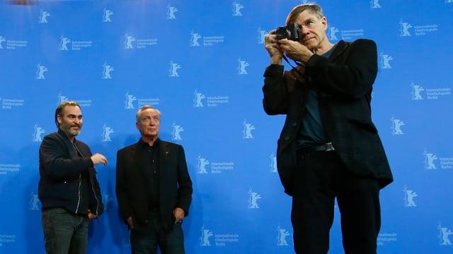 Joaquin Phoenix und Udo Kier im Hintergrund, Gus Van Sant vorne im Blitzlichtgewitter der Berlinale.