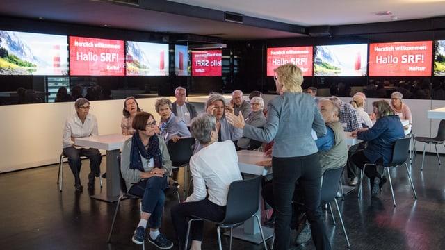 SRF-Kommunikationschefin Andre Hemmi (links), Abteilungsleiter SRF Kultur, Stefan Charles und Barbara Gysi, Programmleiterin Kultur, im Gespräch.
