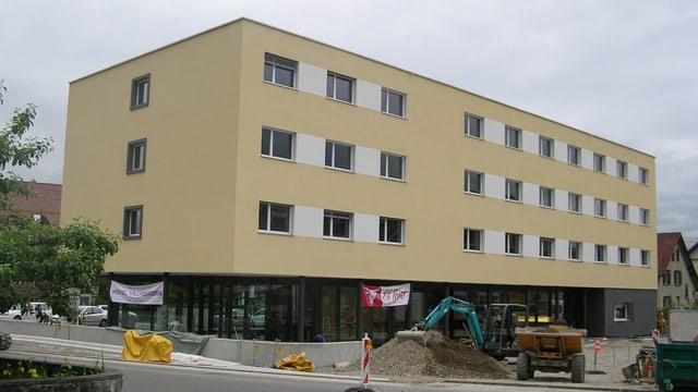 Vierstöckiges gelb-weisses Gebäude - das Hotel Villmergen