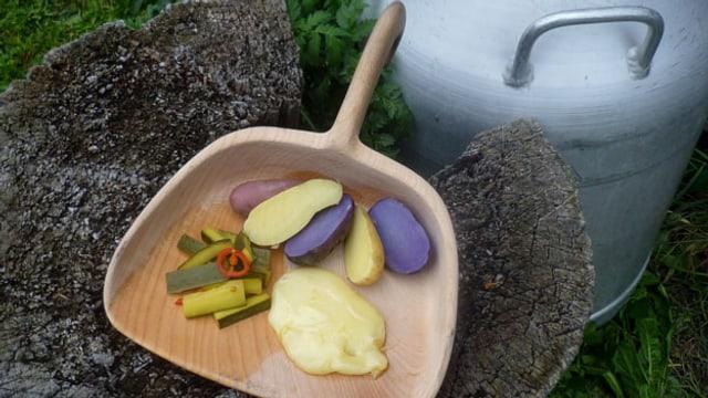 Raclette vom offenen Feuer und Eingemachte Zucchetti süss-sauer