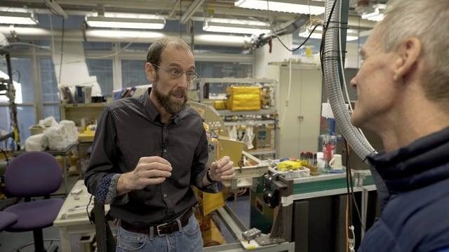 Ingolf Baur (rechts) im Gespräch mit David Keith von der Harvard University in dessen Forschungslabor.