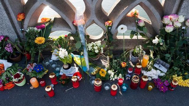 Blumen auf der Mittleren Brücke am Ort, wo eine Frau zu Tode gefahren wurde.