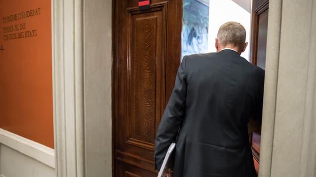 Der Luzerner Ständerat Konrad Graber betritt ein Sitzungszimmer im Bundeshaus.