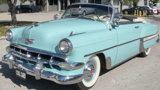Ein hellblaues Chrevolet Cabrio, Baujahr 1954.