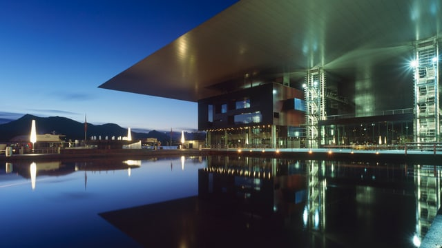 Modernes Gebäude steht an einem See.