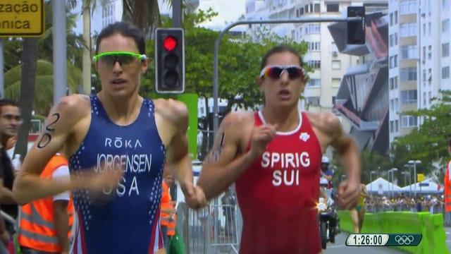 Gwen Jorgensen avant Nicola Spirig durant la cursa finala dal triatlon a Rio.