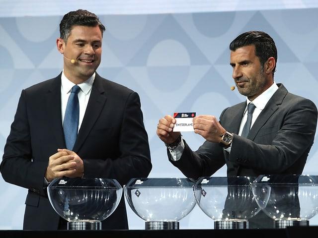 Luis Figo mit Zettel in der Hand