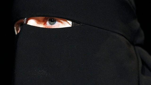 Persuna cun ina burka.