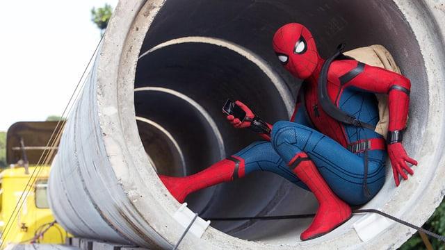 Spider-Man kauert in einer Betonröhre