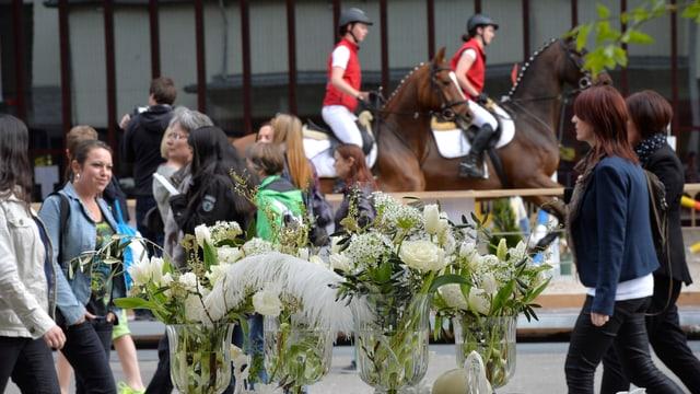 Pferde, Menschen, Blumen