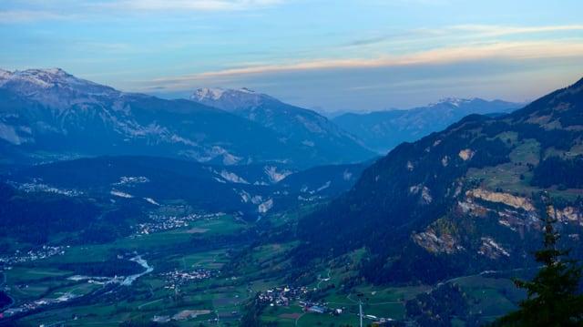 Blick von der Bündner Rigi durch das Vorderrheintal bis nach Chur.
