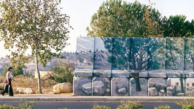 Ein Foto einer Mauer, auf der Bäume gemalt sind