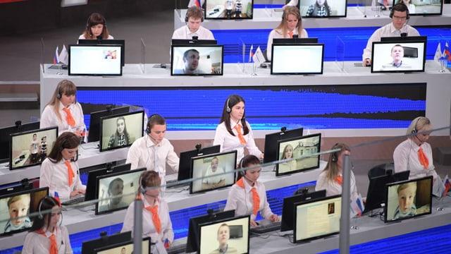 Callcenterangestellte an ihren Bildschirmen