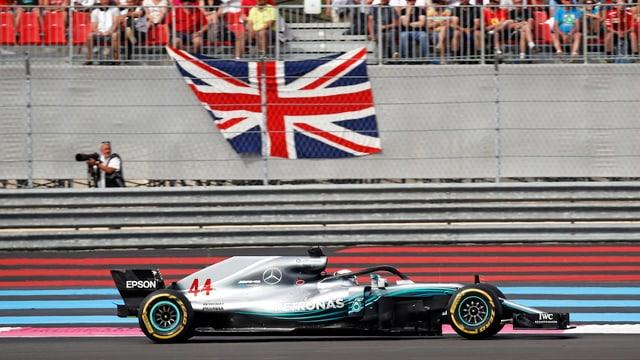 L'auto da Hamilton sin la pista. Davostier ina bandiera brita.