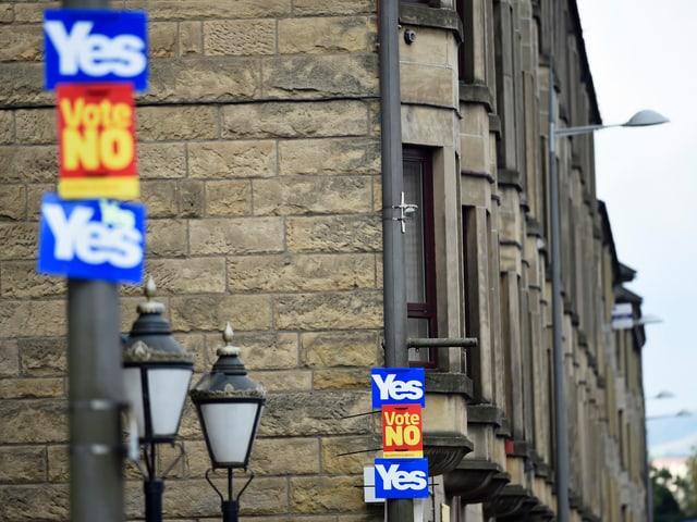 Ja- und Nein-Plakate zieren die Strassenlampen in der schottischen Stadt Clydebank. (reu)