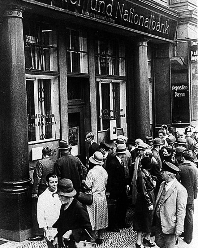 Eine Menschenmenge versammelt sich vor der Darmstädter Nationalbank in Berlin, 1931.