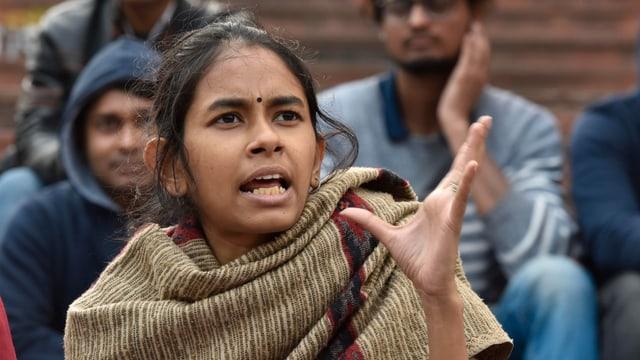 Eine junge Frau mit Bindi