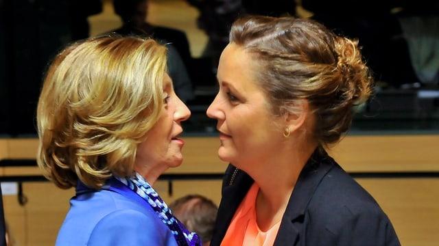 Zwei Frauen stehen sich gegenüber