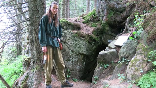 Der Sagenwanderer Andreas Sommer vor dem Cheesereloch.