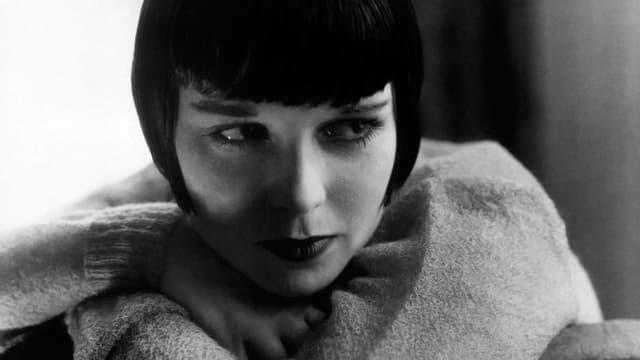 Schwarzweissbild, eine Frau mit kurzen Haaren