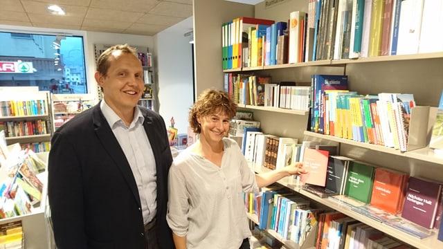 Erich ed Esther Puzzi en la papetaria Maggi a Glion.