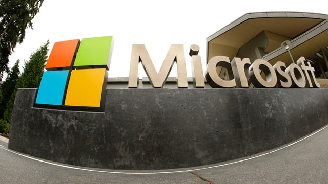 Logo von Microsoft vor einem Firmengebäude.