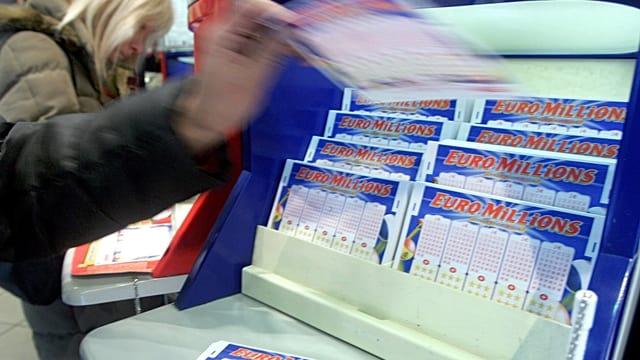Eine Teilnehmerin füllt einen Euro-Millions-Schein aus.