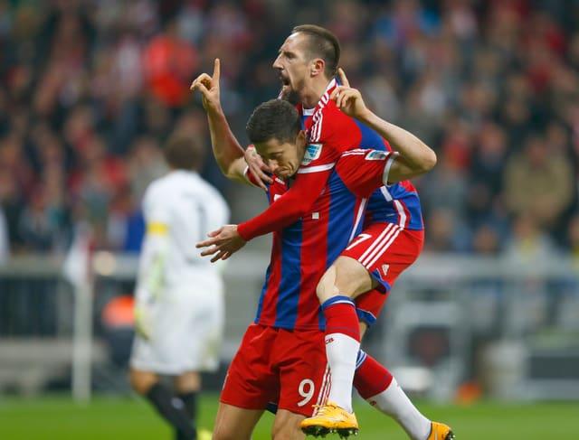 Lewandowski nimmt Ribery auf die Schultern.