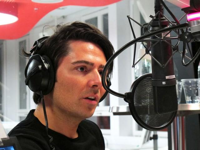 Nenad Mlinarevic spricht ins Mikrofon.