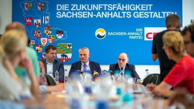 CDU-Politiker an einer Medienkonferenz