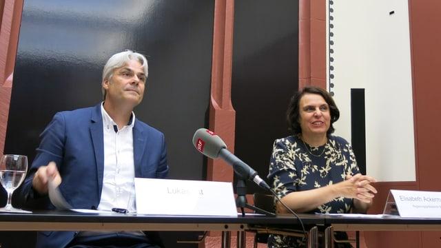 Lukas Ott sitzt neben Elisabeth Ackermann, davor ein SRF-Mikrofon