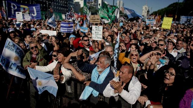 Protestierende Menschenmenge mit Transparenten